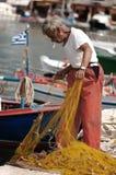 Ψαράς που προετοιμάζει το δίχτυ του ψαρέματος Στοκ Εικόνες
