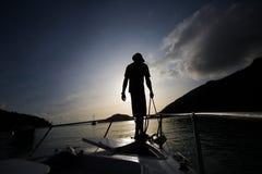 Ψαράς που στέκεται στο τόξο Στοκ Εικόνες