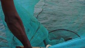 Ψαράς που τραβά μια τράτα για να συλλέξει μια σύλληψη απόθεμα βίντεο