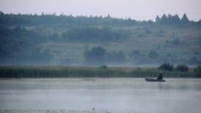 Ψαράς σε μια διογκώσιμη βάρκα απόθεμα βίντεο
