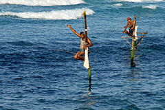 Ψαράς στα ψάρια σύλληψης σωρών Στοκ Εικόνες