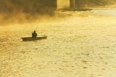 Ψαράς στην ομίχλη Στοκ φωτογραφία με δικαίωμα ελεύθερης χρήσης