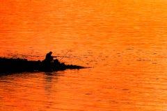 Ψαράς στην παραλία στο ηλιοβασίλεμα Στοκ Φωτογραφίες