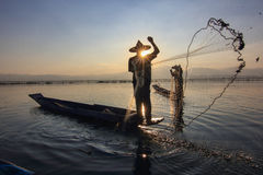 Ψαράς στη λίμνη στο ηλιοβασίλεμα στοκ εικόνες με δικαίωμα ελεύθερης χρήσης