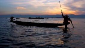 Ψαράς στη λίμνη Inle, το Μιανμάρ απόθεμα βίντεο