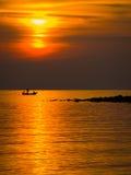 Ψαράς στη χρυσή θάλασσα στο ηλιοβασίλεμα Στοκ Εικόνα