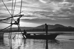 Ψαράς στον ποταμό Brahmaputra στοκ φωτογραφίες
