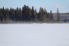 Ψαράς δύο που αλιεύει στην απόσταση σε μια θυελλώδη λίμνη Στοκ φωτογραφία με δικαίωμα ελεύθερης χρήσης