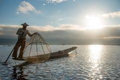 Ψαράς Intha στη βάρκα στη λίμνη Inle, το Μιανμάρ Στοκ εικόνες με δικαίωμα ελεύθερης χρήσης