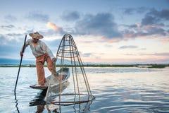 Ψαράς Intha στη βάρκα στη λίμνη Inle, το Μιανμάρ Στοκ φωτογραφία με δικαίωμα ελεύθερης χρήσης