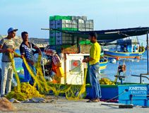 Ψαράδες, δίχτυα του ψαρέματος & αλιευτικό σκάφος: Μεσογειακή σκηνή Στοκ Εικόνες