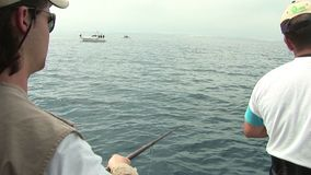 Ψαράδες που αλιεύουν από τη βάρκα απόθεμα βίντεο