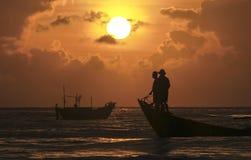 Ψαράδες που αλιεύουν στην αυγή Στοκ φωτογραφία με δικαίωμα ελεύθερης χρήσης
