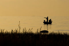 Ψαράδες που αλιεύουν στην παραλία κατά τη διάρκεια στο ηλιοβασίλεμα Στοκ φωτογραφίες με δικαίωμα ελεύθερης χρήσης