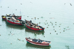 Ψαράδες που κάνουν τον παραδοσιακό τρόπο στοκ εικόνες