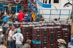Ψαράδες που ξεφορτώνουν τη σύλληψη Στοκ εικόνα με δικαίωμα ελεύθερης χρήσης