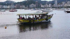 Ψαράδες που πηγαίνουν να εργαστεί με τη βάρκα στον κόλπο απόθεμα βίντεο