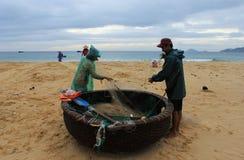 Ψαράδες που προετοιμάζουν τη βάρκα Στοκ φωτογραφία με δικαίωμα ελεύθερης χρήσης