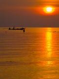 Ψαράδες στη χρυσή θάλασσα στο ηλιοβασίλεμα Στοκ Εικόνες
