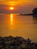 Ψαράδες στη χρυσή θάλασσα στο ηλιοβασίλεμα Στοκ εικόνες με δικαίωμα ελεύθερης χρήσης