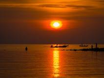Ψαράδες στη χρυσή θάλασσα στο ηλιοβασίλεμα Στοκ Εικόνα