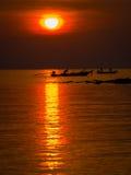 Ψαράδες στη χρυσή θάλασσα στο ηλιοβασίλεμα Στοκ Φωτογραφίες