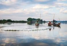 ψαράδες ψαριών σύλληψης που αλιεύουν αναπτύσσοντας έξω τις ράβδους καλάμων λιμνών που κολλούν τρία Στοκ εικόνες με δικαίωμα ελεύθερης χρήσης