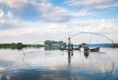 ψαράδες ψαριών σύλληψης που αλιεύουν αναπτύσσοντας έξω τις ράβδους καλάμων λιμνών που κολλούν τρία Στοκ Φωτογραφία