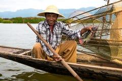 ψαράδες ψαριών σύλληψης που αλιεύουν αναπτύσσοντας έξω τις ράβδους καλάμων λιμνών που κολλούν τρία Στοκ Εικόνες