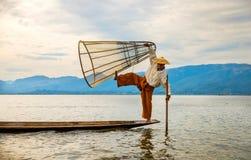ψαράδες ψαριών σύλληψης που αλιεύουν αναπτύσσοντας έξω τις ράβδους καλάμων λιμνών που κολλούν τρία Στοκ Φωτογραφίες