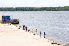 ψαράδες ψαριών σύλληψης που αλιεύουν αναπτύσσοντας έξω τις ράβδους καλάμων λιμνών που κολλούν τρία Στοκ φωτογραφίες με δικαίωμα ελεύθερης χρήσης