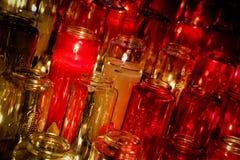 Ψαρευμένη άποψη των ζωηρόχρωμων βάζων κεριών που βλέπουν σε έναν καθεδρικό ναό Στοκ φωτογραφία με δικαίωμα ελεύθερης χρήσης