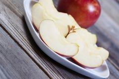 Ψαρευμένη άποψη των φετών της Apple στο άσπρο πιάτο Στοκ Εικόνες