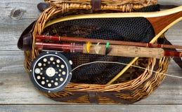 Ψαροκόφινο που γεμίζουν με τον εξοπλισμό αλιείας πεστροφών Στοκ Φωτογραφίες