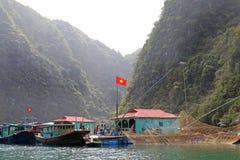 Ψαροχώρι κόλπων Halong με τη εθνική σημαία του Βιετνάμ Στοκ φωτογραφία με δικαίωμα ελεύθερης χρήσης
