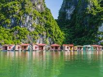 Ψαροχώρι που απεικονίζεται στα σμαραγδένια νερά του μακριού κόλπου εκταρίου, Βιετνάμ Στοκ Φωτογραφία