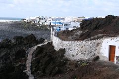 Ψαροχώρι στους μαύρους ηφαιστειακούς βράχους σε Lanzarote, Ισπανία Στοκ εικόνα με δικαίωμα ελεύθερης χρήσης