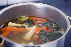 ψαλίδισμα του απομονωμένου κρέατος πέρα από το λευκό σούπας μονοπατιών Στοκ Εικόνες