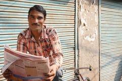 ψαλίδισμα των υψηλών μονοπατιών εφημερίδων απεικόνισης που διαβάζουν τη διάλυση Στοκ Εικόνες