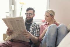 ψαλίδισμα των υψηλών μονοπατιών εφημερίδων απεικόνισης που διαβάζουν τη διάλυση Στοκ φωτογραφίες με δικαίωμα ελεύθερης χρήσης