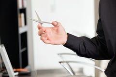 Ψαλίδι εκμετάλλευσης χεριών αρσενικού Hairstylist Στοκ φωτογραφία με δικαίωμα ελεύθερης χρήσης