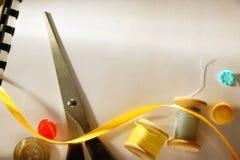 Ψαλίδι και κουμπιά Στοκ εικόνα με δικαίωμα ελεύθερης χρήσης