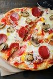 ψαλιδίζοντας απομονωμένη εικόνα pepperoni μονοπατιών πίτσα Ιταλικά τρόφιμα Tradional Στοκ φωτογραφία με δικαίωμα ελεύθερης χρήσης
