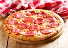 ψαλιδίζοντας απομονωμένη εικόνα pepperoni μονοπατιών πίτσα Στοκ φωτογραφία με δικαίωμα ελεύθερης χρήσης