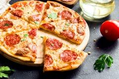 ψαλιδίζοντας απομονωμένη εικόνα pepperoni μονοπατιών πίτσα Στοκ Εικόνα