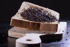 Ψεκάζει τη σοκολάτα που συσσωρεύεται στο τεμαχισμένο ψωμί Στοκ Φωτογραφία