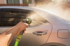 Ψεκάζοντας νερό χεριών για το πλύσιμο αυτοκινήτων Πλύση ιδιωτικών αυτοκινήτων Εστίαση επάνω Στοκ εικόνες με δικαίωμα ελεύθερης χρήσης