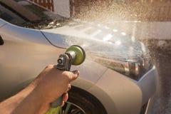 Ψεκάζοντας νερό χεριών για το πλύσιμο αυτοκινήτων Πλύση ιδιωτικών αυτοκινήτων Εστίαση επάνω Στοκ φωτογραφία με δικαίωμα ελεύθερης χρήσης