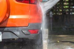 Ψεκάζοντας πλυντήριο πίεσης ατόμων για το πλύσιμο αυτοκινήτων στο κατάστημα προσοχής αυτοκινήτων Focu Στοκ Εικόνα