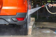 Ψεκάζοντας πλυντήριο πίεσης ατόμων για το πλύσιμο αυτοκινήτων στο κατάστημα προσοχής αυτοκινήτων Focu Στοκ Φωτογραφίες